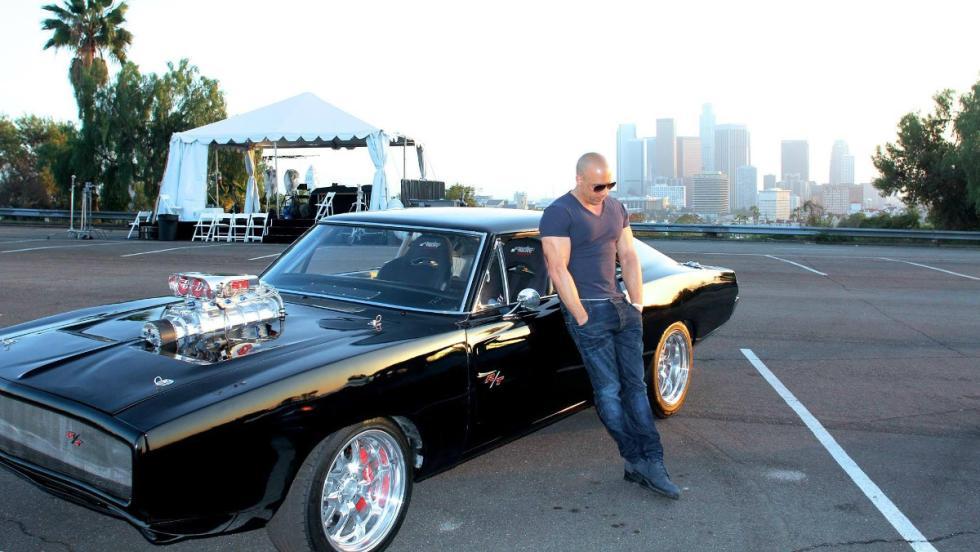 Vin Diesel junto al famoso Dodge Charger´70
