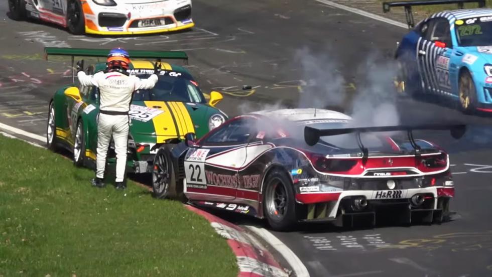Un Ferrari 488 GT3 catando una barrera de Nürburgring