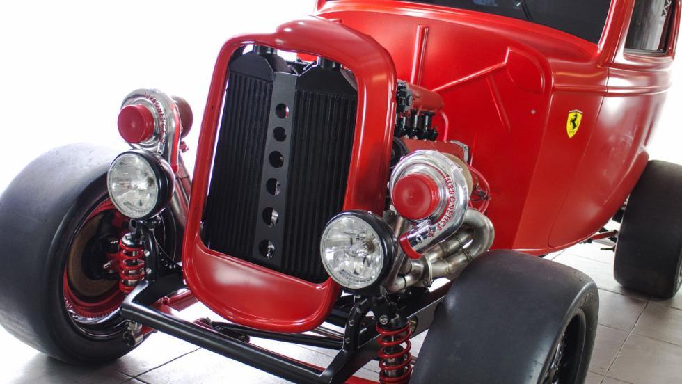 Un hot rod de Ford con motor Ferrari