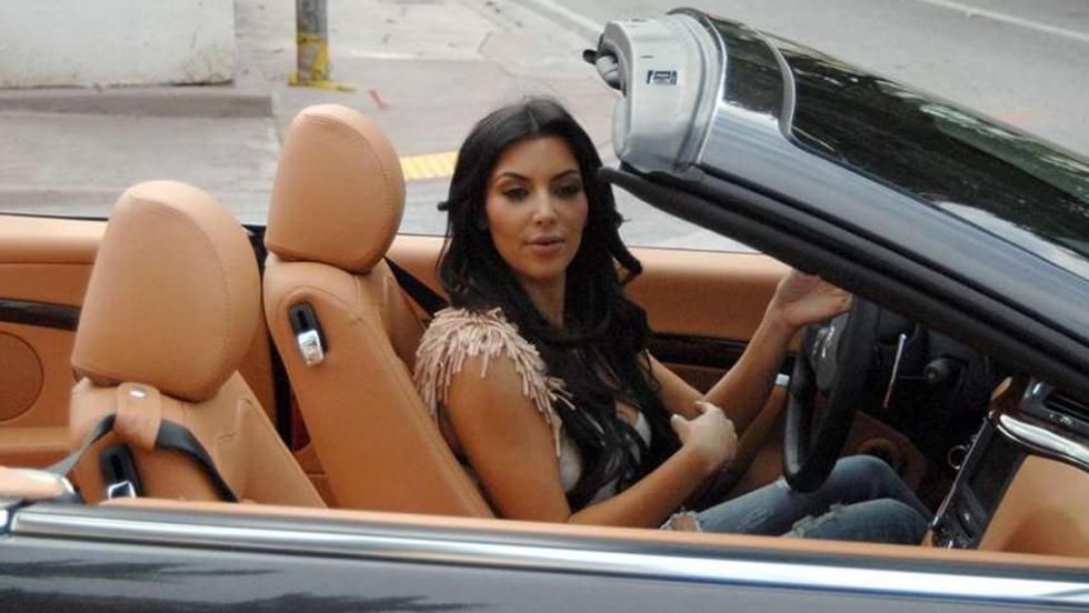 Kim Kardashian posa en un Maserati Gran Turismo