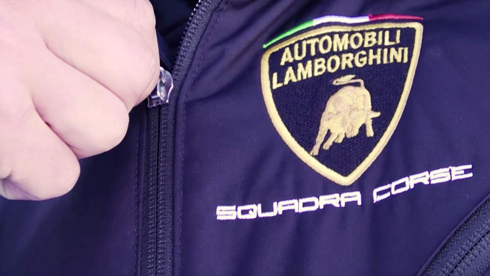 Un Lamborghini Aventador S contra un avión acrobático