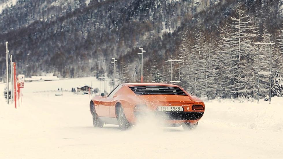 Un Lamborghini Miura derrapando en la nieve