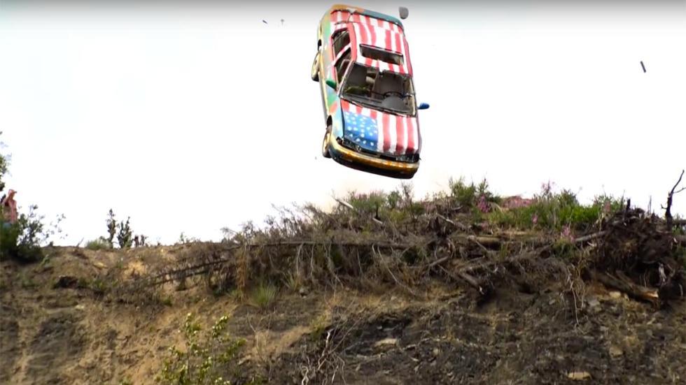 Maneras de destruir tu coche: tirarlo por un barranco
