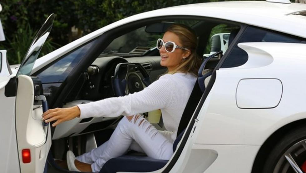 Paris Hilton disfrutando con su Lexus LFA blanco
