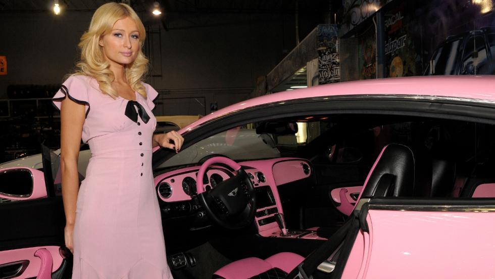 Paris Hilton posa con su Bentley GT rosa. ¡Vaya tela!