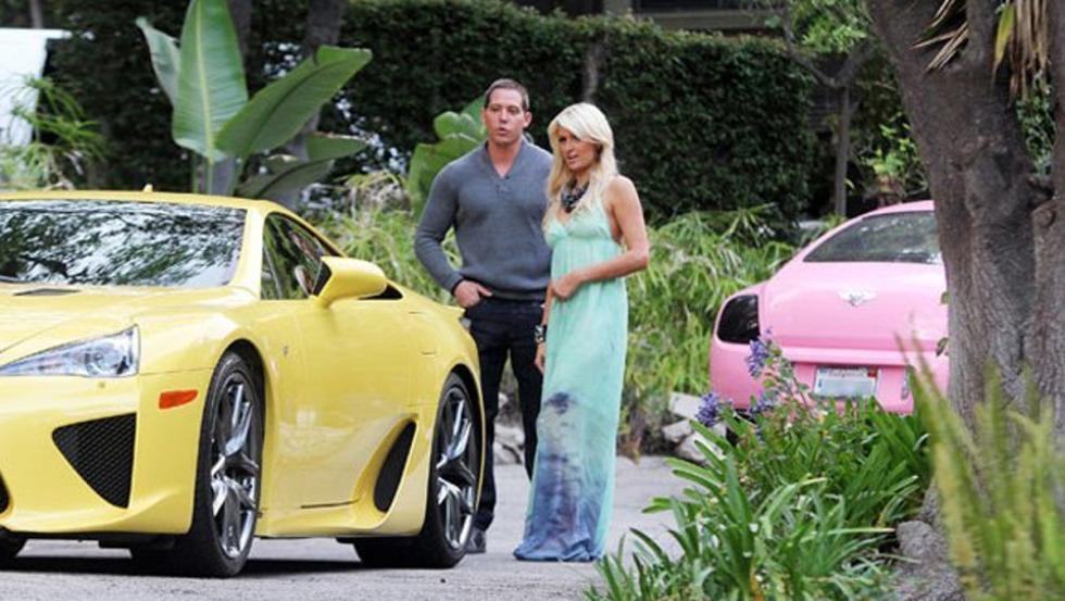 Paris Hilton con su LFA marillo