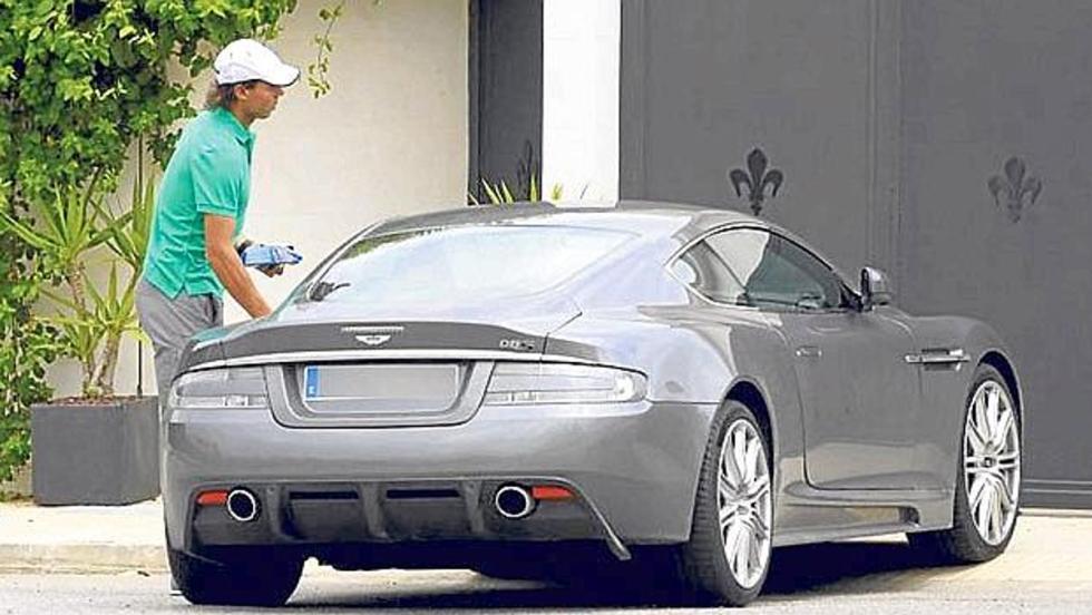 Rafa Nadal y su Aston Martin DBS