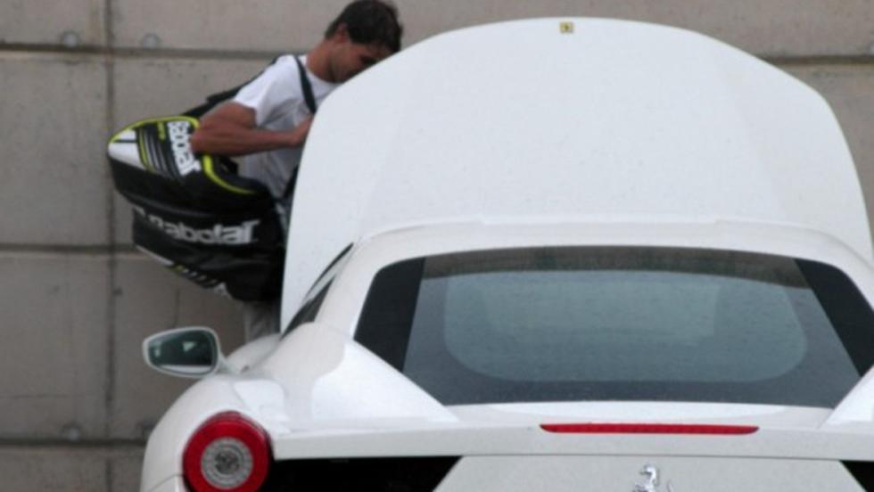 Rafa sale del trabajo y coge su Ferrari
