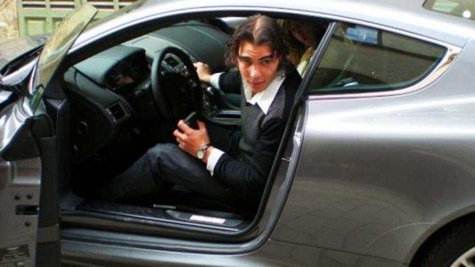 Rafa saliendo de su Aston Martin DBS