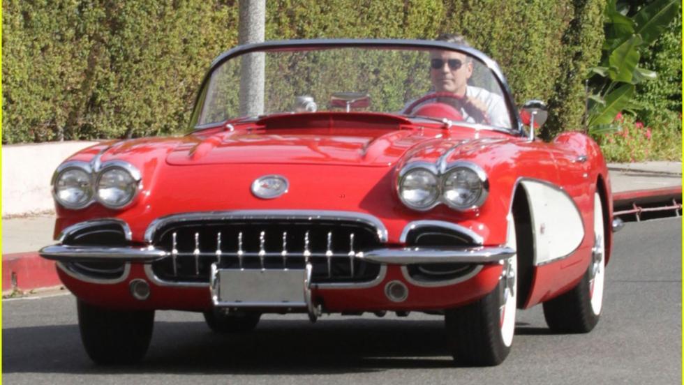 Clooney disfrutando con su Corvette V8 C1 por Beverly Hills