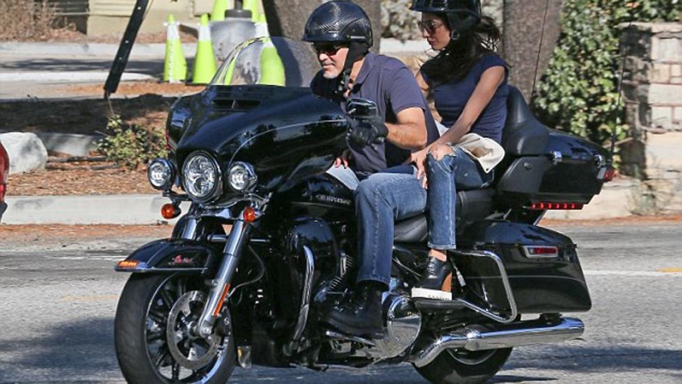 Los Clooney de paseo por Calabasas (California) con su Harley