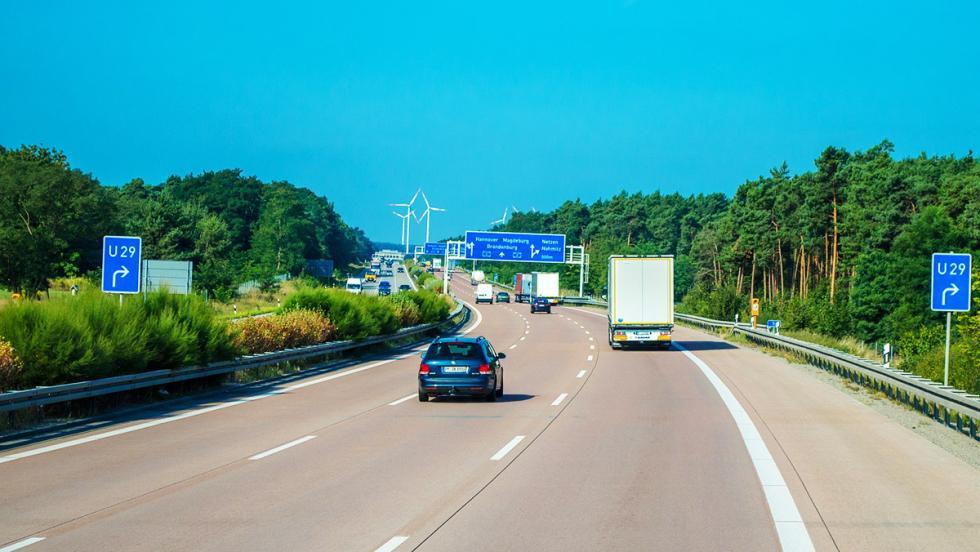 Los consejos más estúpidos para ahorrar combustible - En autopistas y autovías, siempre por el carril central