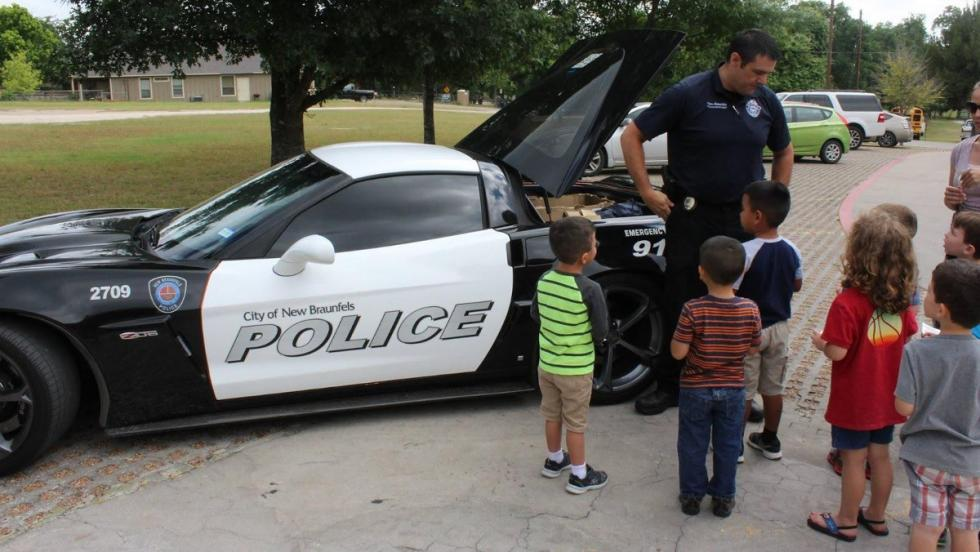 El Corvette de la poli atrae la curiosidad de los peques tejanos
