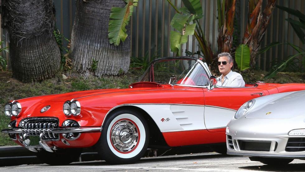 George Clooney al volante de su Corvette V8 C1 en Los Ángeles