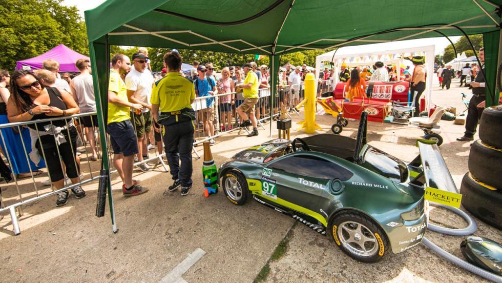 Aston Martin Vantage V8 en los Autos Locos de Red Bull (IX)
