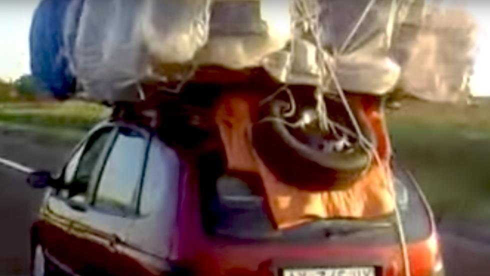 Los consejos para cargar el coche en verano... más estúpidos - Y si sigue sin caber... al techo