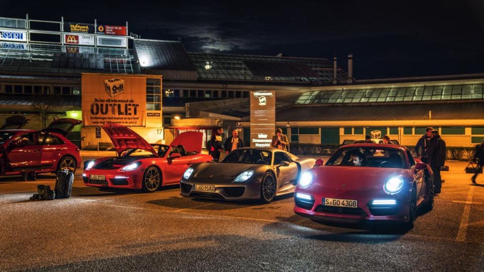 Durante la noche, un equipo de conductores de Porsche tomaba los mandos de los coches