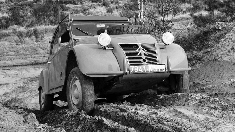 La historia del Citroën 2CV - Versión Sahara con tracción integral... y dos motores