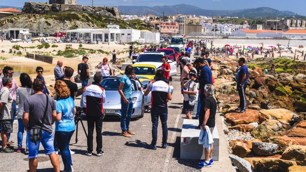 Llegada a Tarifa con la gente tostándose en la playa
