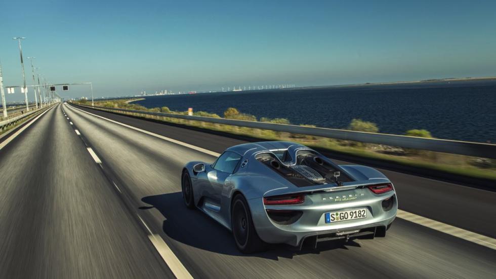 Sobre el puente de Oresund, un coche tan espectacular como el escenario