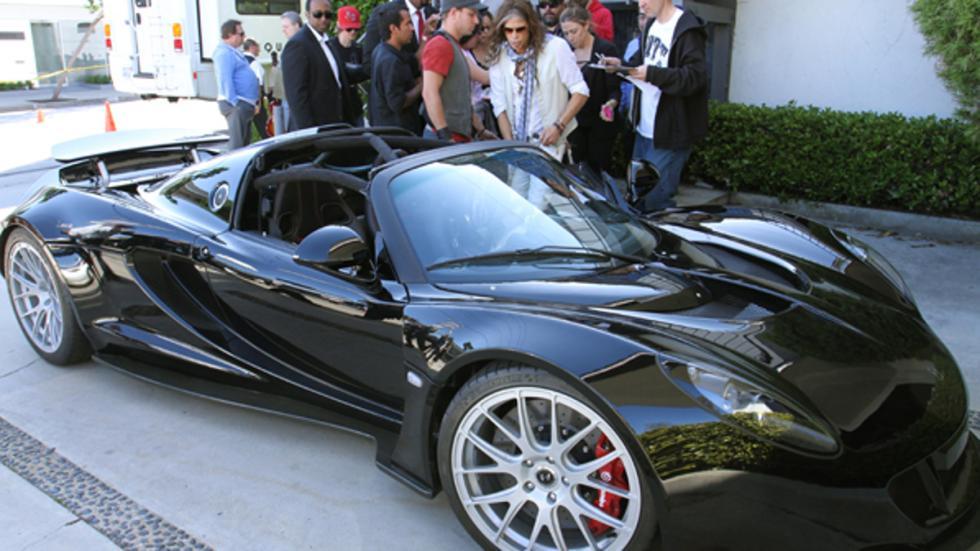 Steven admirando su Hennessey Venom GT Spyder de 1,1 millones de $$$