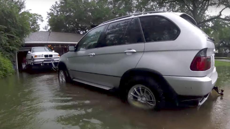 Así salvó este tipo sus BMW del huracán Harvey