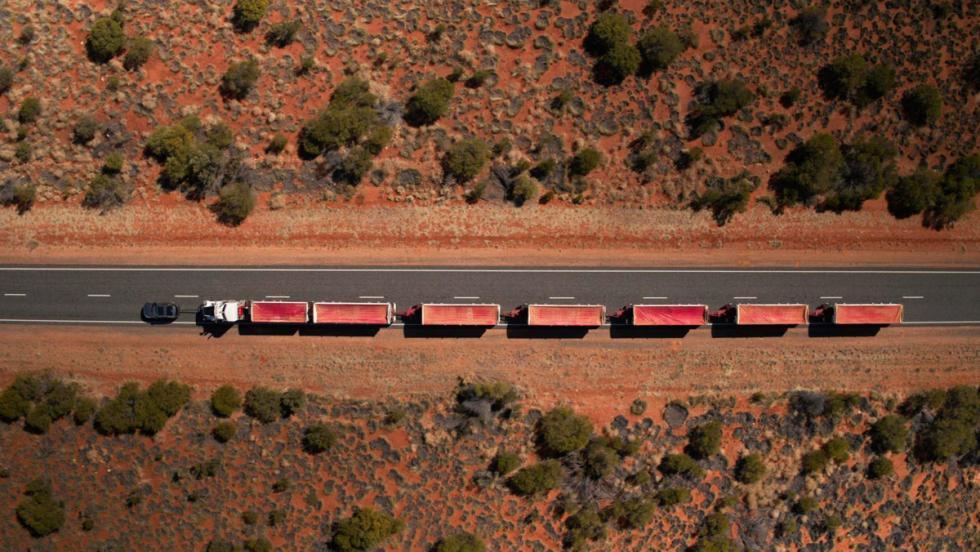 Land Rover Discovery tirando de un convoy de carretera (V)