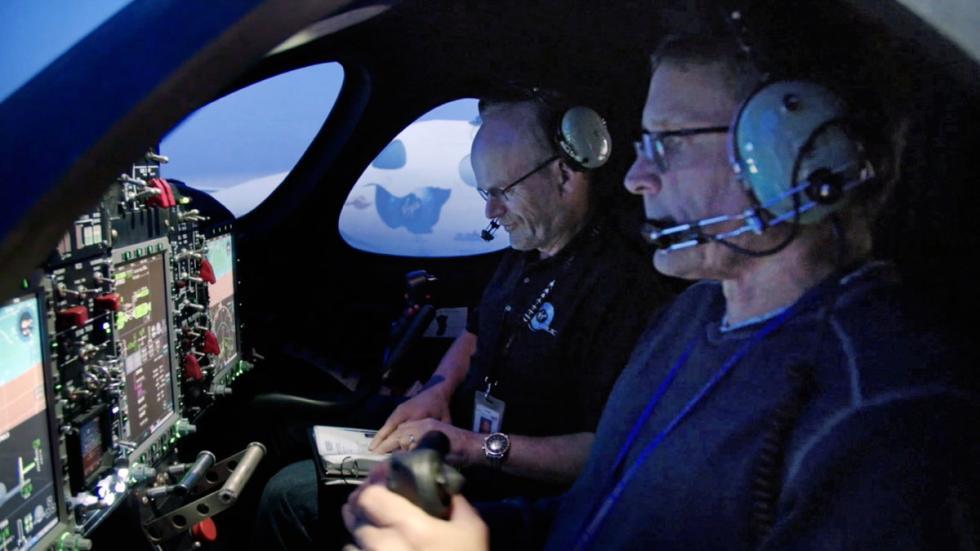 Los pilotos, en el simulador de vuelo. No, no es el de Microsoft. El de verdad