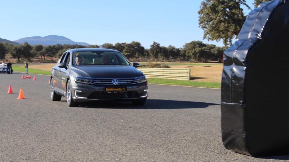 Si, a pesar de que el coche frene, tú sigues acelerando, al final saldrá a pesar de la tecnología Continental