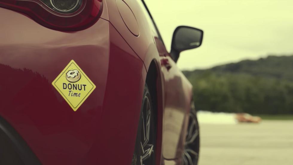 Un Toyota GT86 dibujando su logo... ¡haciendo drifting!