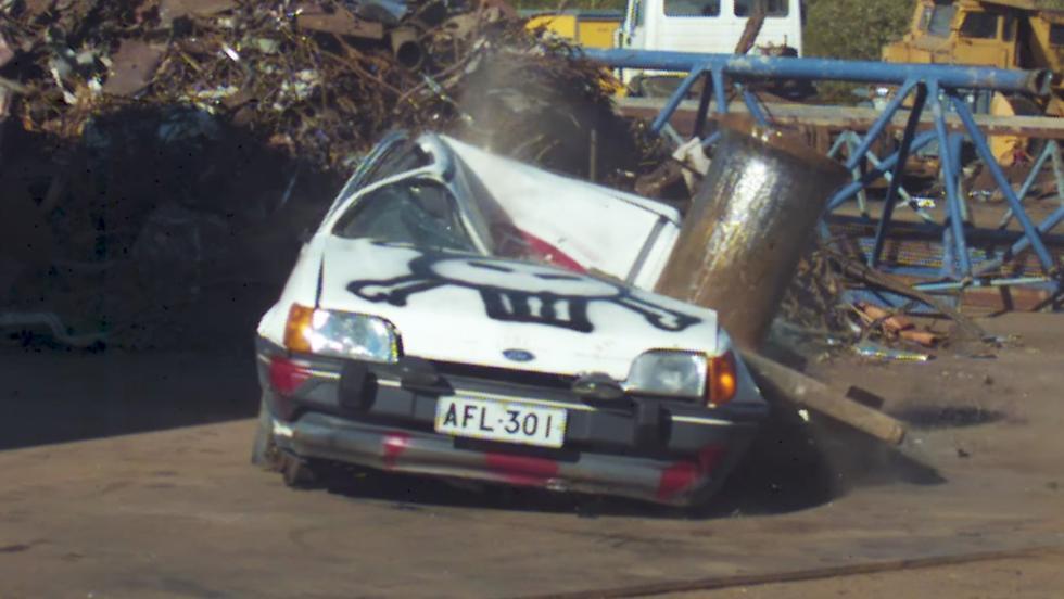 Un coche frente a una prensa hidráulica de 1.000 toneladas