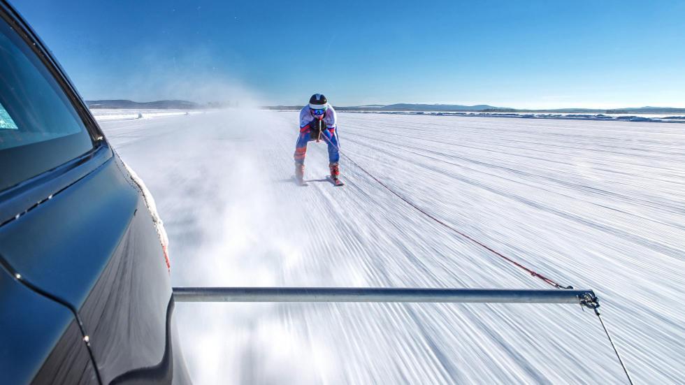 Jaguar XF Sportbrake remolcando un esquiador (II)