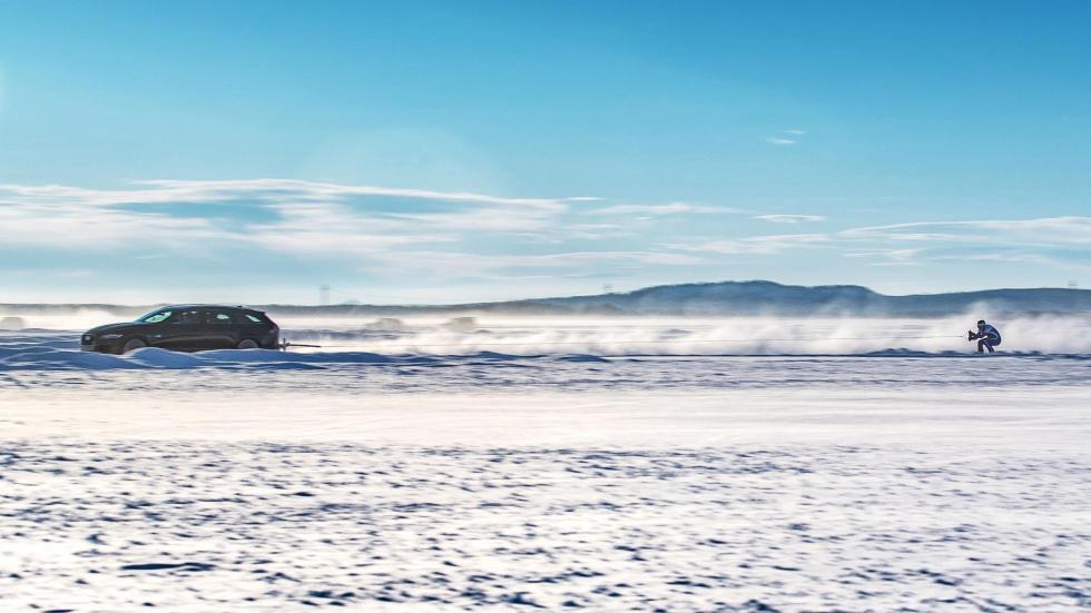 Jaguar XF Sportbrake remolcando un esquiador (III)