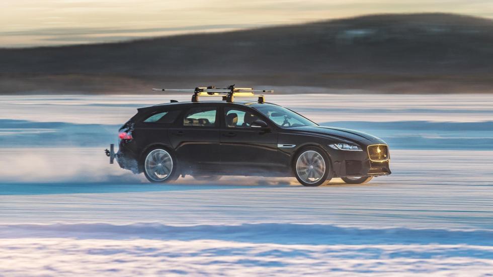 Jaguar XF Sportbrake remolcando un esquiador (IV)