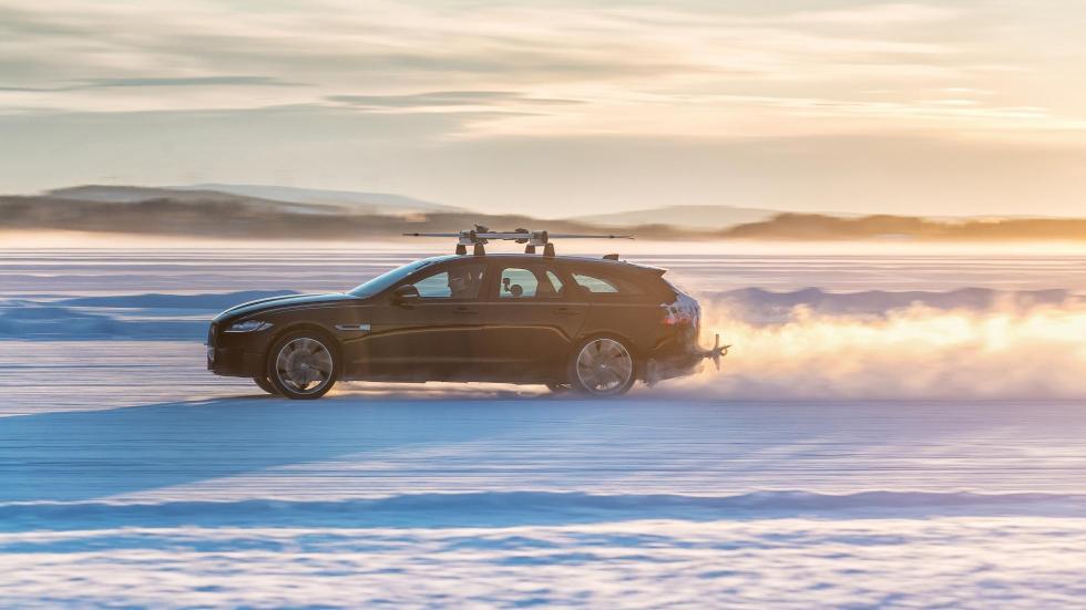 Jaguar XF Sportbrake remolcando un esquiador (V)