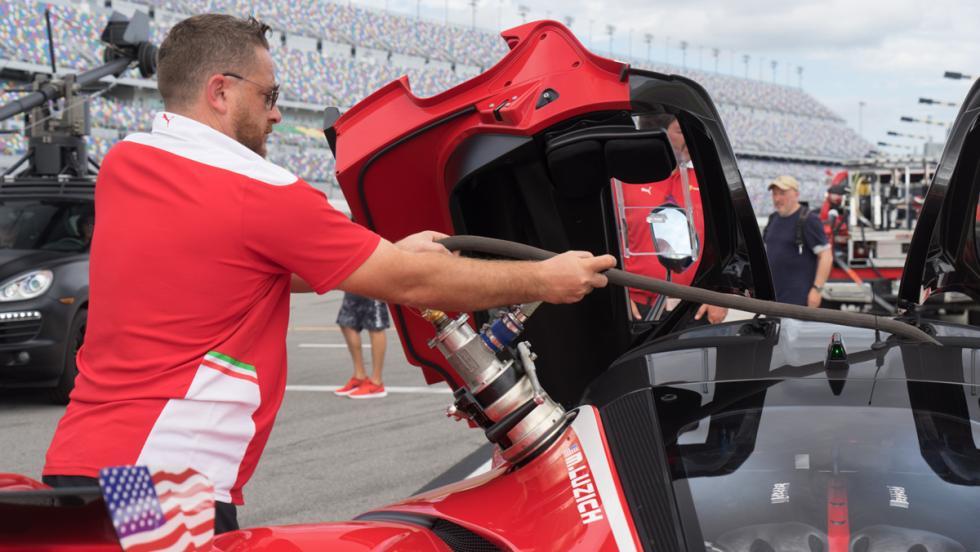 Prueba Ferrari FXXK (repostaje)