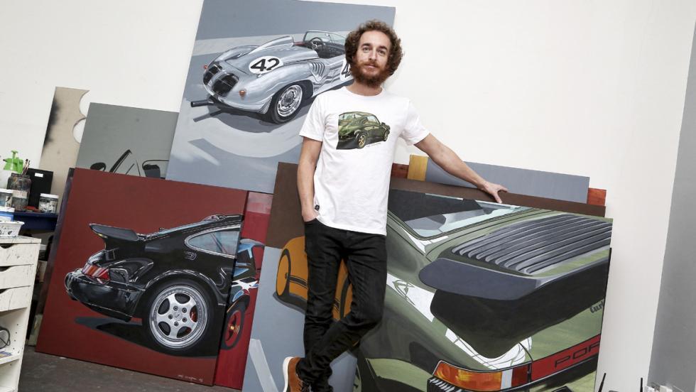 Manu Campa, con algunos de sus cuadros