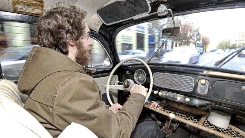 Manu Campa, al volante de su Escarabajo