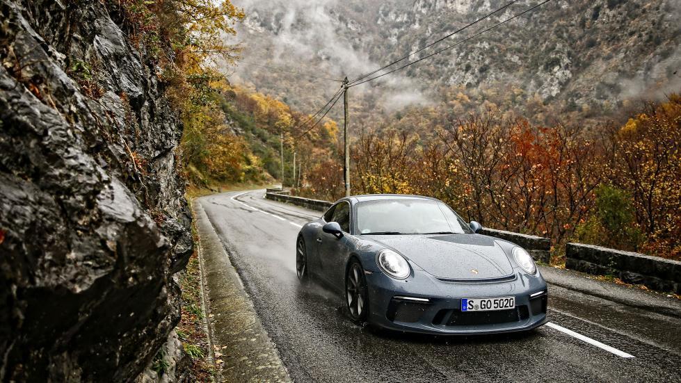 Porsche 911 GT3 Touring en un bello día lluvioso