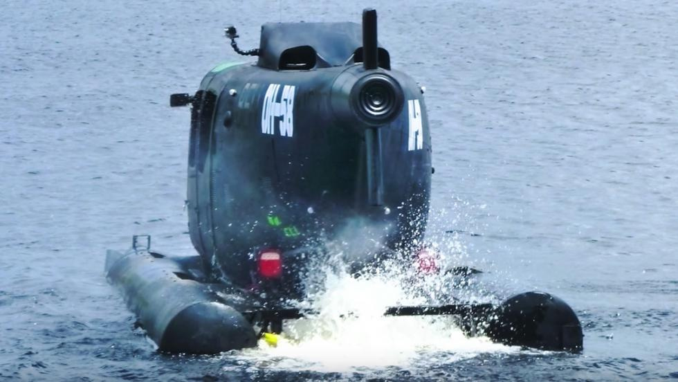 Un tipo ha transformado un helicóptero militar en un coche amfibio