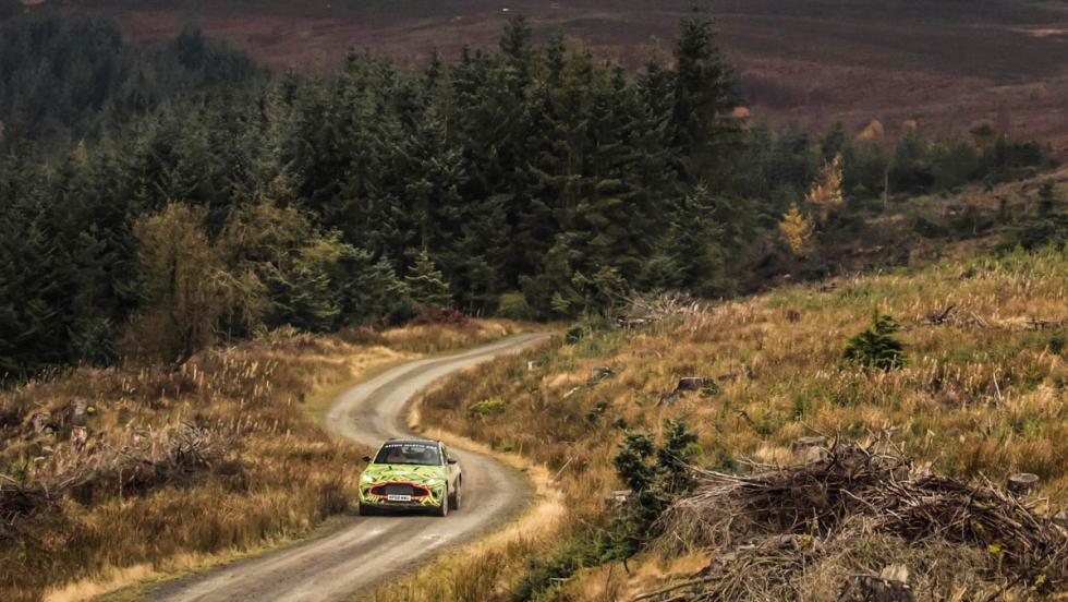Aston Martin DBX (camino)