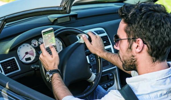 Whatsapp al volante: un peligro en aumento