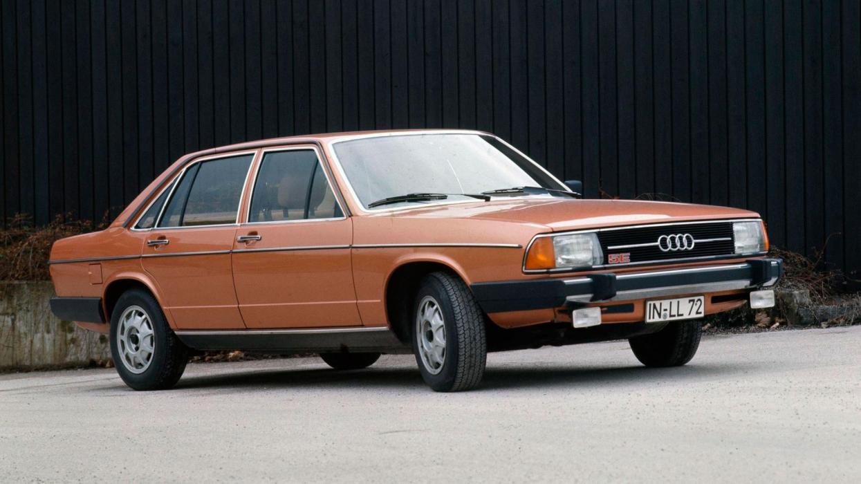 Audi 100 1976 motor cinco cilindros clásico sedan