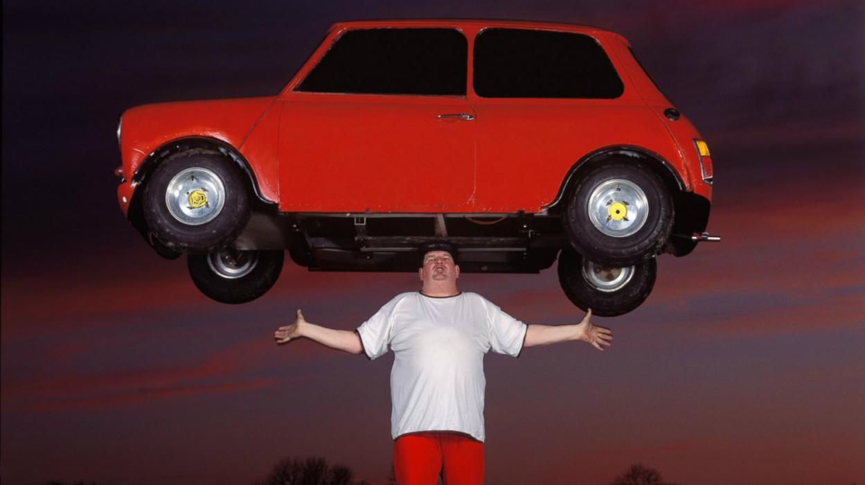Levantamiento de coche sobre la cabeza