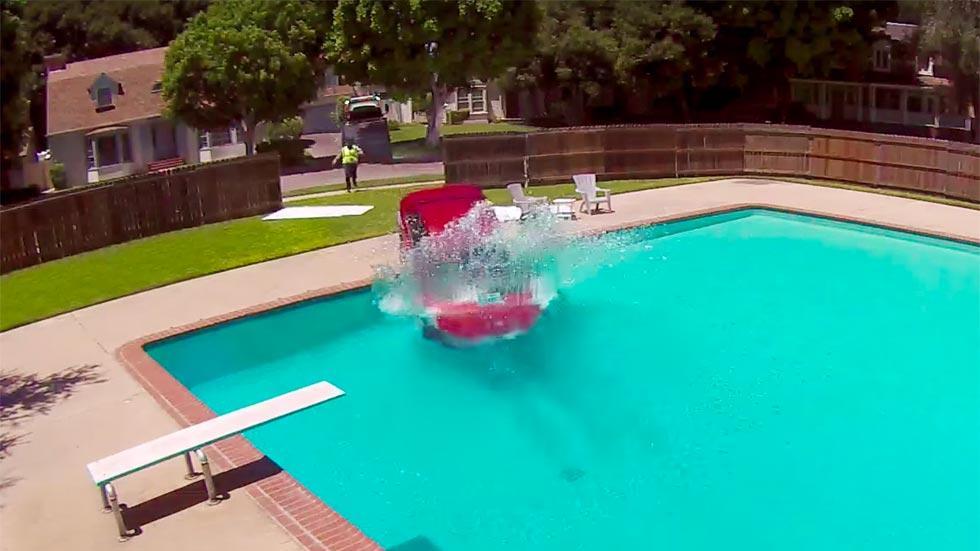 Ford Focus piscina accidente crash verano agua
