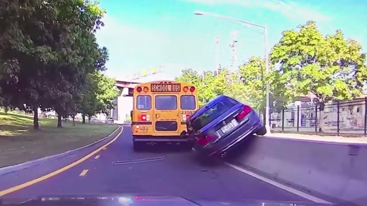 Accidente BMW mediana dos ruedas locura imprudencia