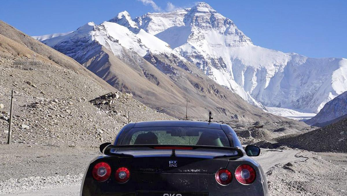 Conduce su Nissan GT-R... ¡hasta el Everest!