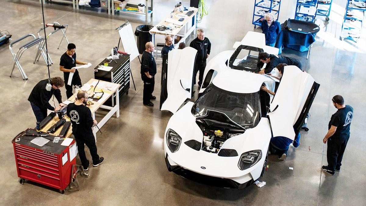 El primer Ford GT sale de la cadena de producción