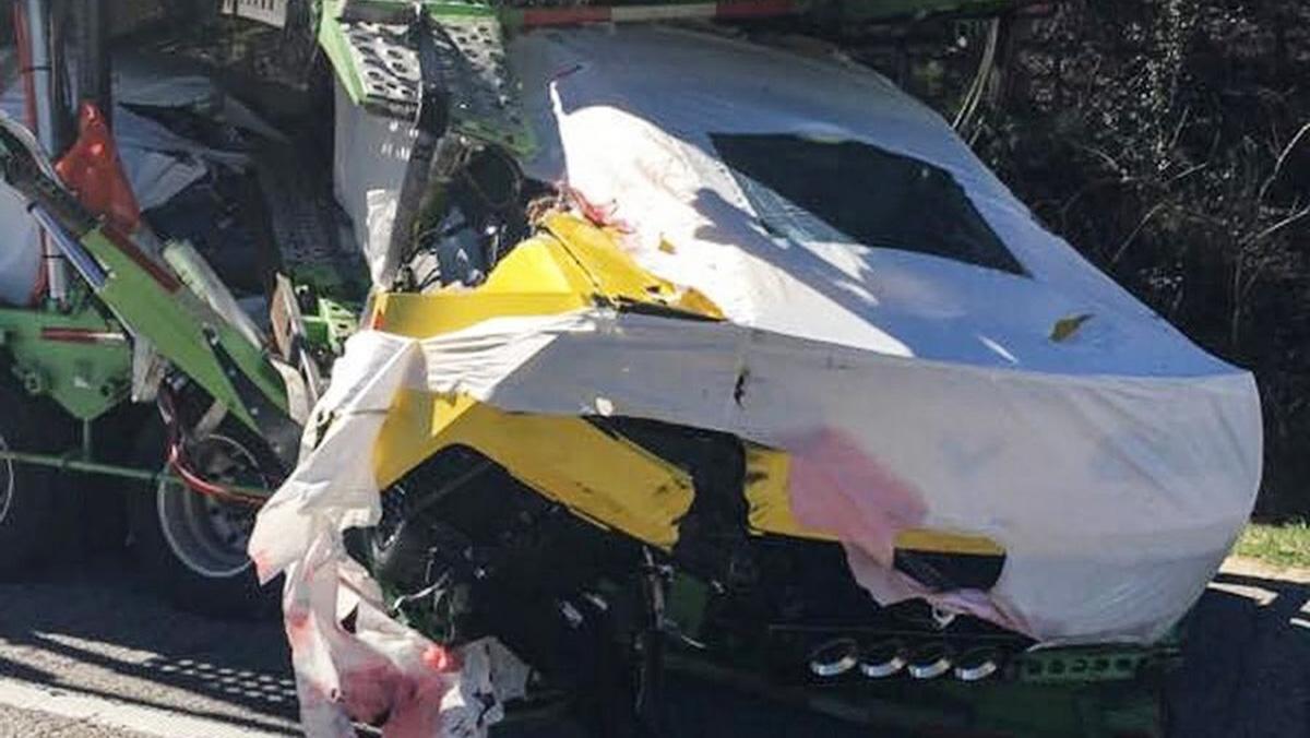 Un camión lleno de Corvettes sufre un accidente