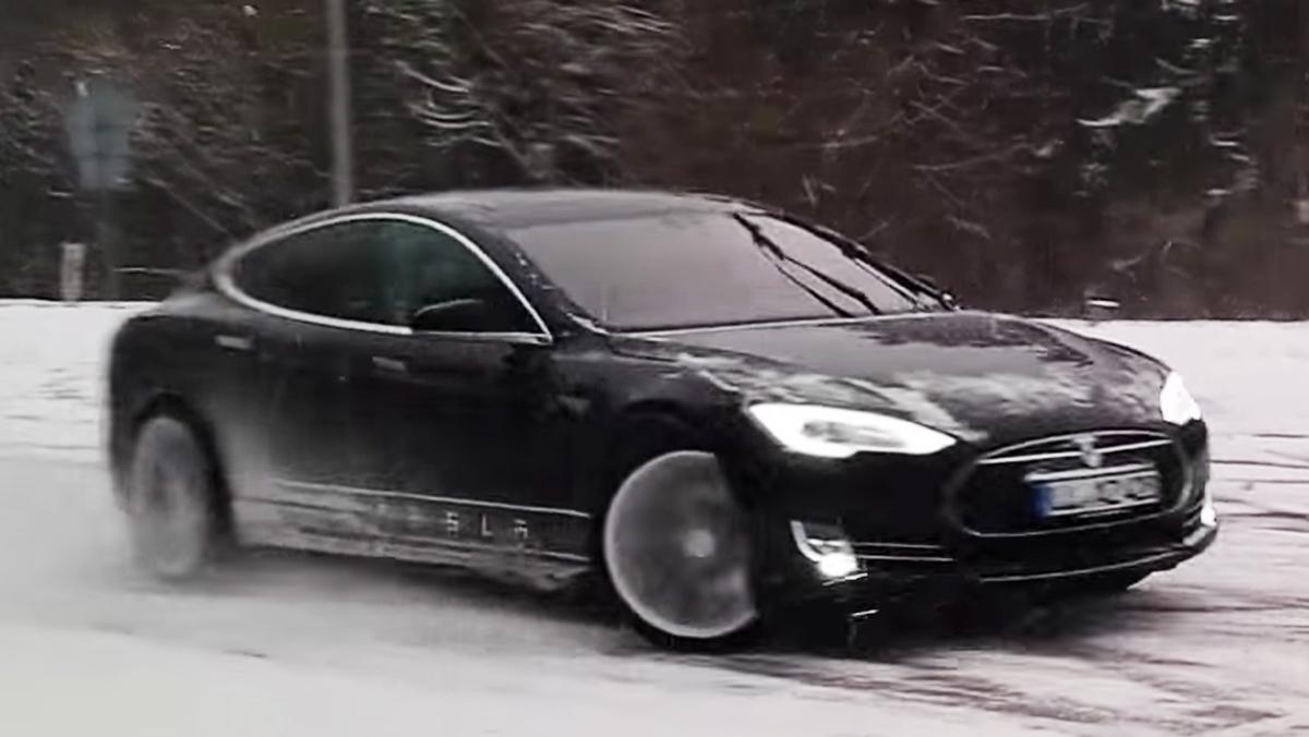 Un Tesla haciendo trompos en la nieve a toda velocidad